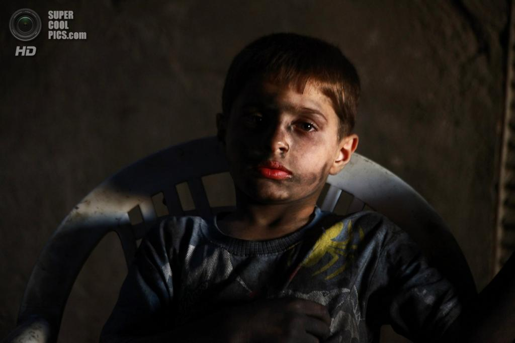 Уставший ребёнок в конце рабочего дня. ( Foto Reuters / Hamid Khatib)