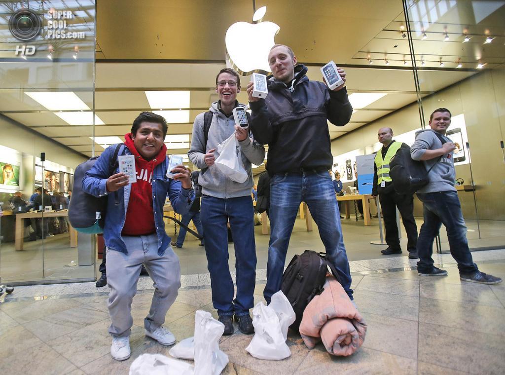 Германия. Оберхаузен, Северный Рейн — Вестфалия. 20 сентября. Счастливые обладатели новых iPhone. (AP Photo/Frank Augstein)