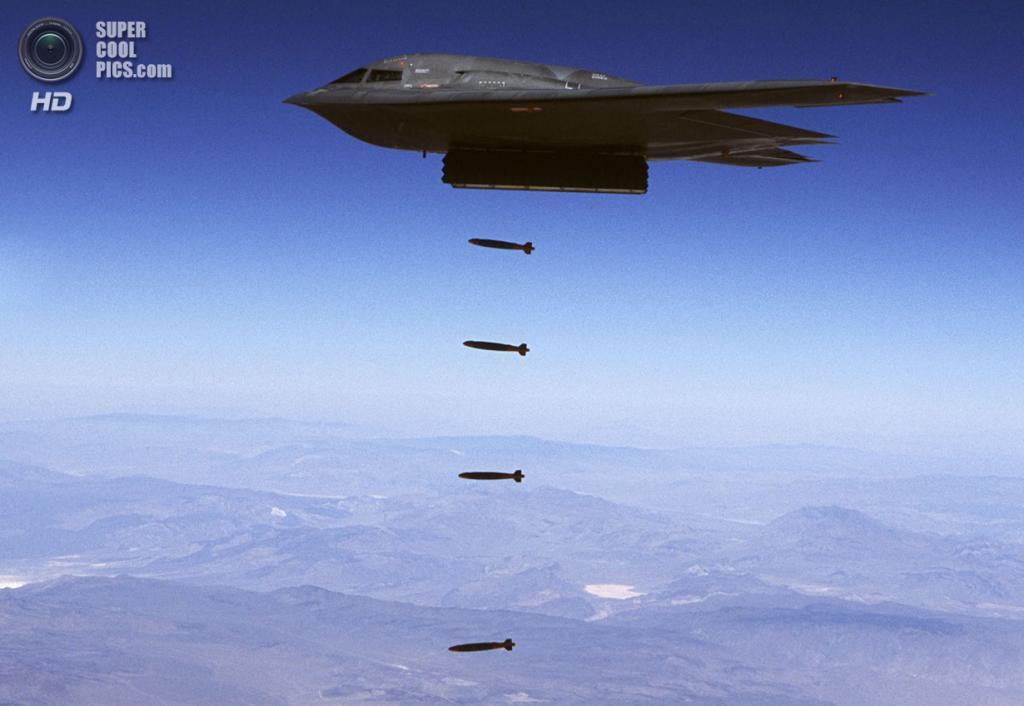 Northrop Grumman B-2 Spirit сбрасывает бомбы Mk 82. (USAF Photo)