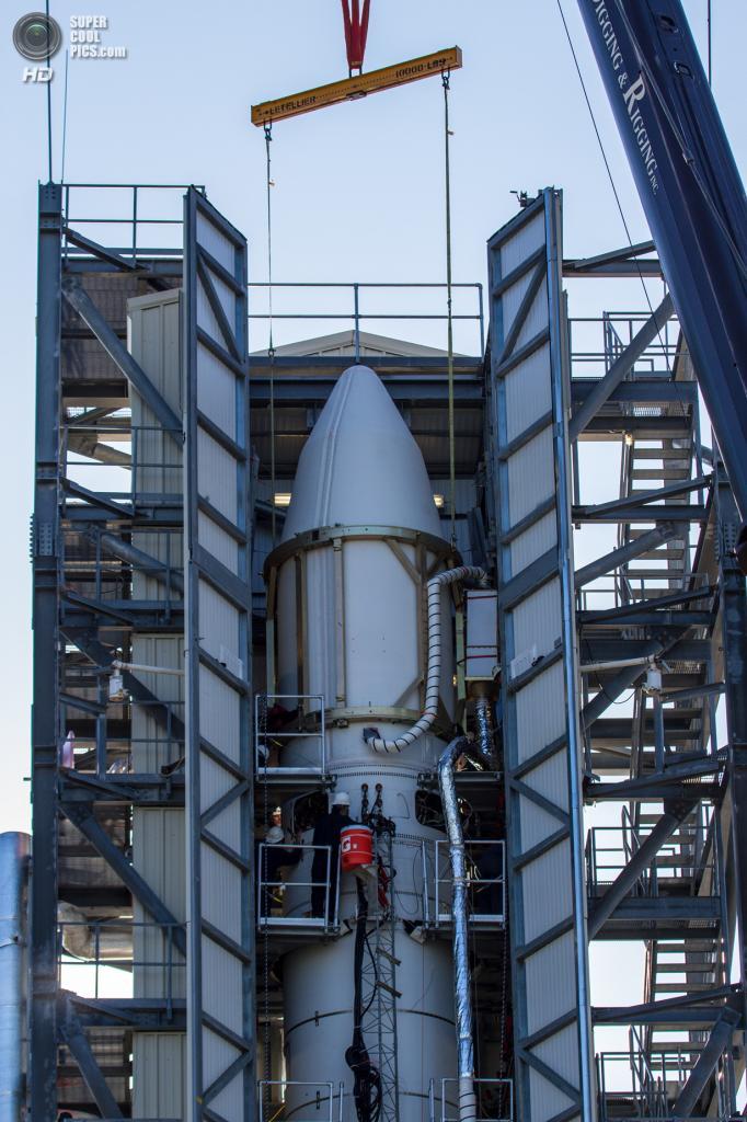 США. Уоллопс, Виргиния. Космический аппарат LADEE в носовой части ракеты-носителя Минотавр-5 на стартовой площадке. (NASA Wallops/Zion Young)