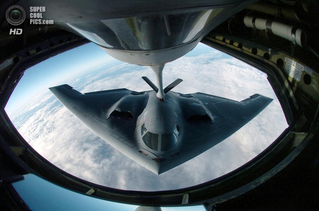 Northrop Grumman B-2 Spirit заправляется в полёте от Boeing KC-135 Stratotanker. (USAF Photo/Master Sgt. Val Gempis)