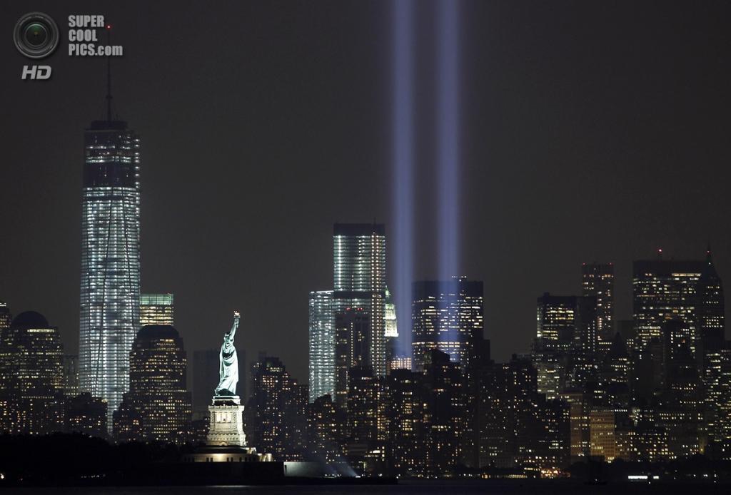 США. Нью-Йорк. 11 сентября. Световые башни-близнецы вернулись на место трагической гибели людей. (Foto Reuters / Gary Hershorn)