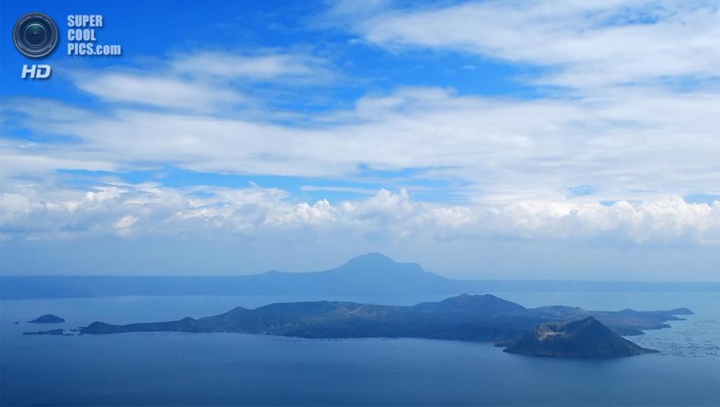 Филиппины. Батангас. Вулкан Тааль и близлежащее озеро. (Iris Lahora)