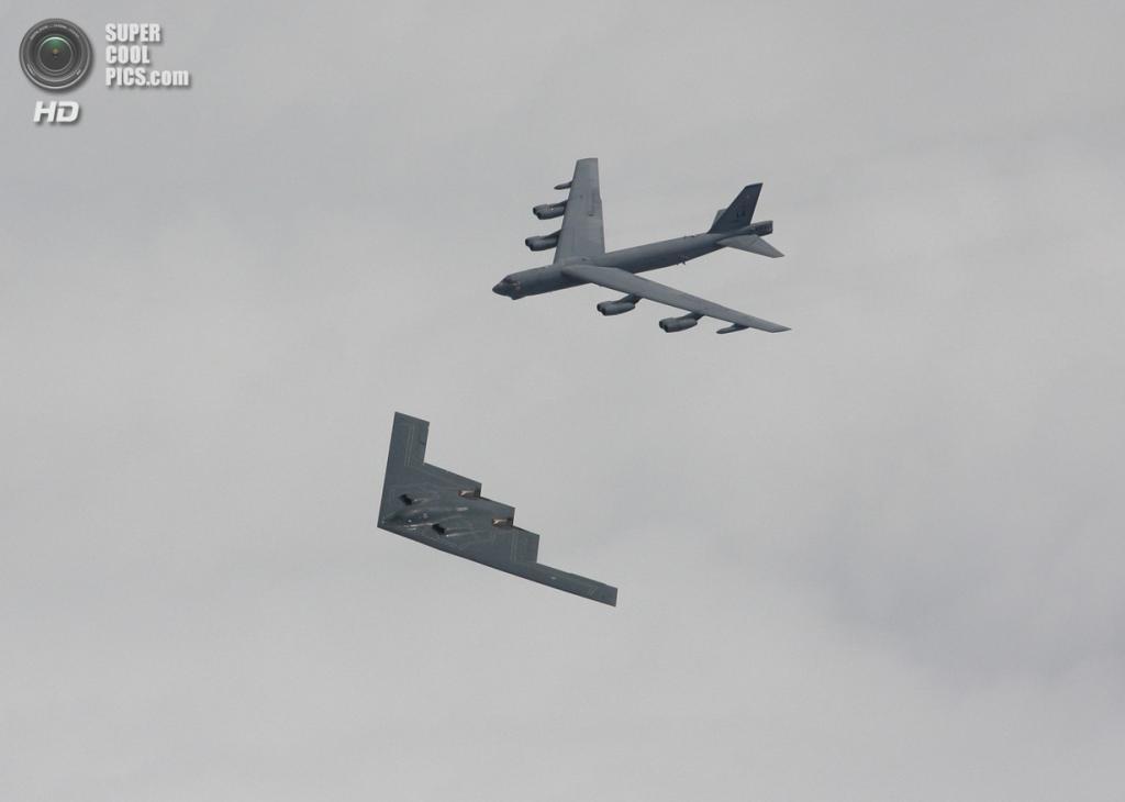 Northrop Grumman B-2 Spirit и Boeing B-52 Stratofortress. (Christopher Ebdon)