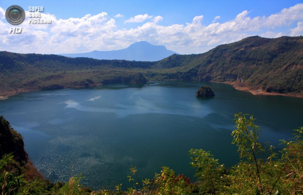 Филиппины. Батангас. Вулкан Тааль и близлежащее озеро. (Arnie Operaña)