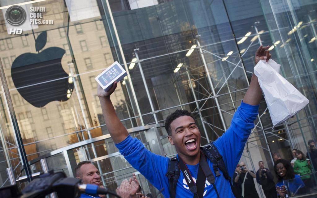 США. Нью-Йорк. 20 сентября. Счастливые обладатели новых iPhone. (REUTERS/Adrees Latif)
