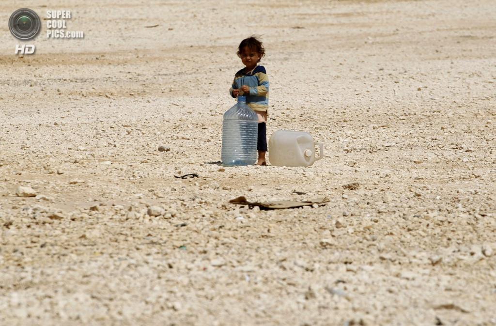 Иордания. Сириец в лагере для беженцев «Аль-Заатри». (REUTERS/Muhammad Hamed)