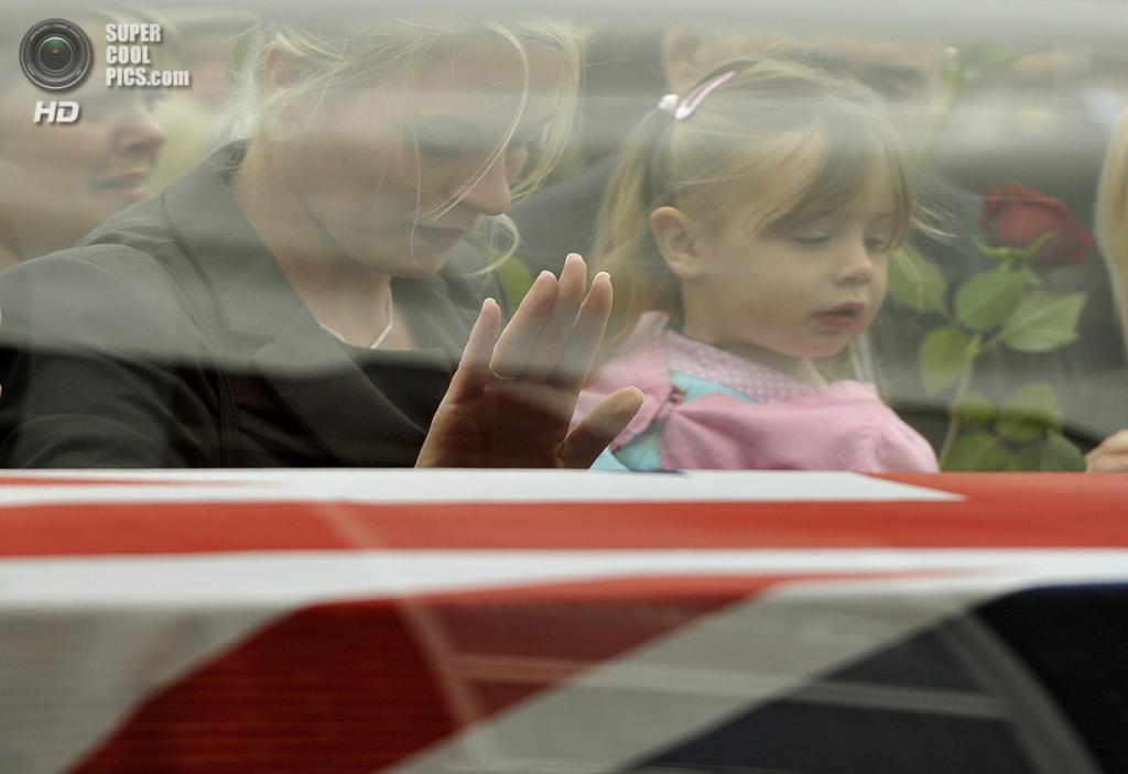 Великобритания. Ройал-Вуттон-Бассет, Уилтшир. 9 июня 2011 года. Мелисса Лемб с 2-летней дочерью Рози на похоронах Мартина Лемба — мужа Мелиссы и отца Рози, убитого в Афганистане. (REUTERS/Dylan Martinez)