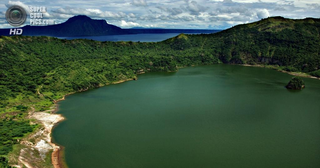 Филиппины. Батангас. Вулкан Тааль и близлежащее озеро. (joanneQEscober)