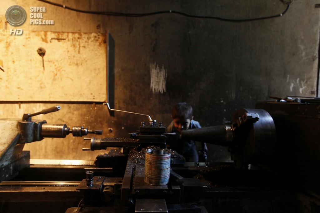 Исса без помощи взрослых работает за станком. (Foto Reuters / Hamid Khatib)