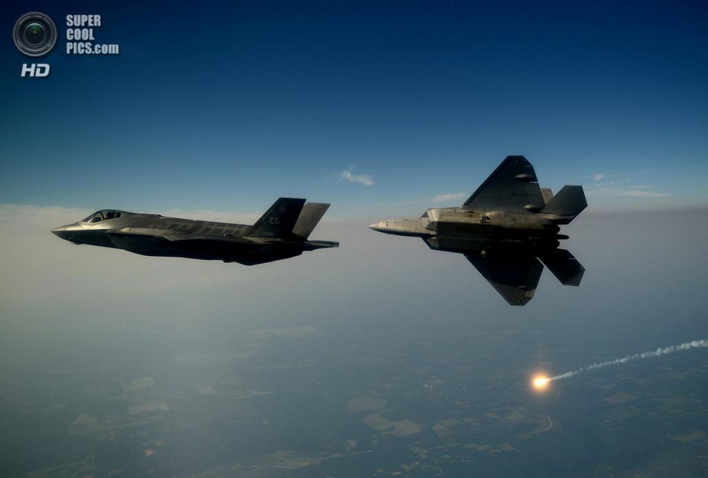 Lockheed Martin F-35A Lightning II и Lockheed/Boeing F-22 Raptor. (U.S. Air Force/Master Sgt. Jeremy T. Lock)