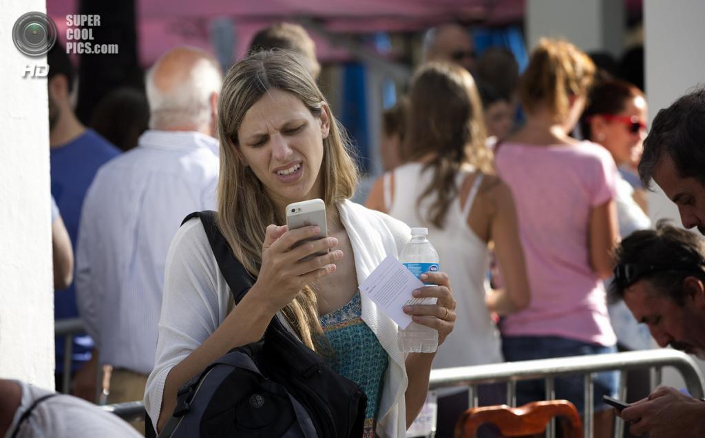 США. Майами, Флорида. 20 сентября. Женщина, уставшая стоять в очереди, но твёрдо решившая приобрести новый iPhone в первый день продаж. (AP Photo/J Pat Carter)