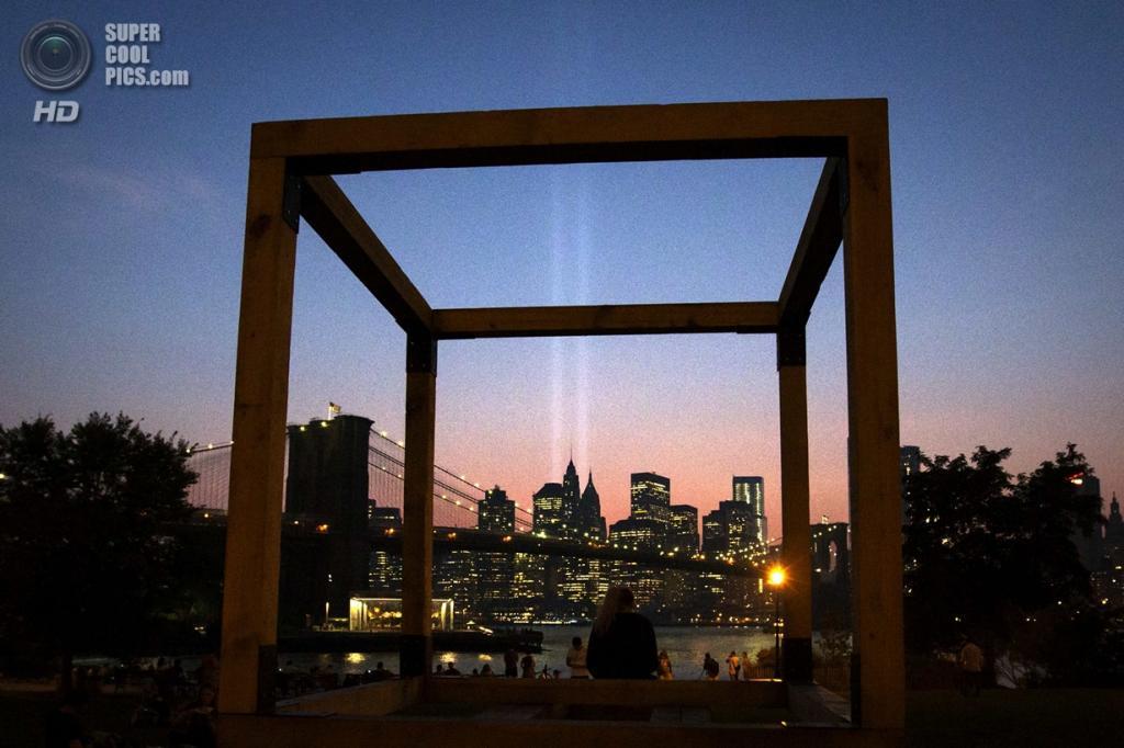 США, Нью-Йорк. 11 сентября. Вид на Бруклинский мост и световую инсталляцию интерпретирующую разрушенные башни-близнецы. (Foto Reuters / Adrees Latif)