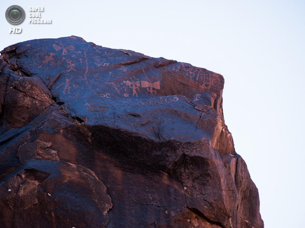 Аргентина. Ла-Риоха. Древние петроглифы в национальном парке Талампайа. (Rita Willaert)