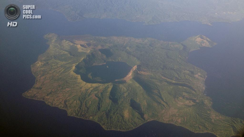 Филиппины. Батангас. Вулкан Тааль и близлежащее озеро. (Mike Gonzalez)