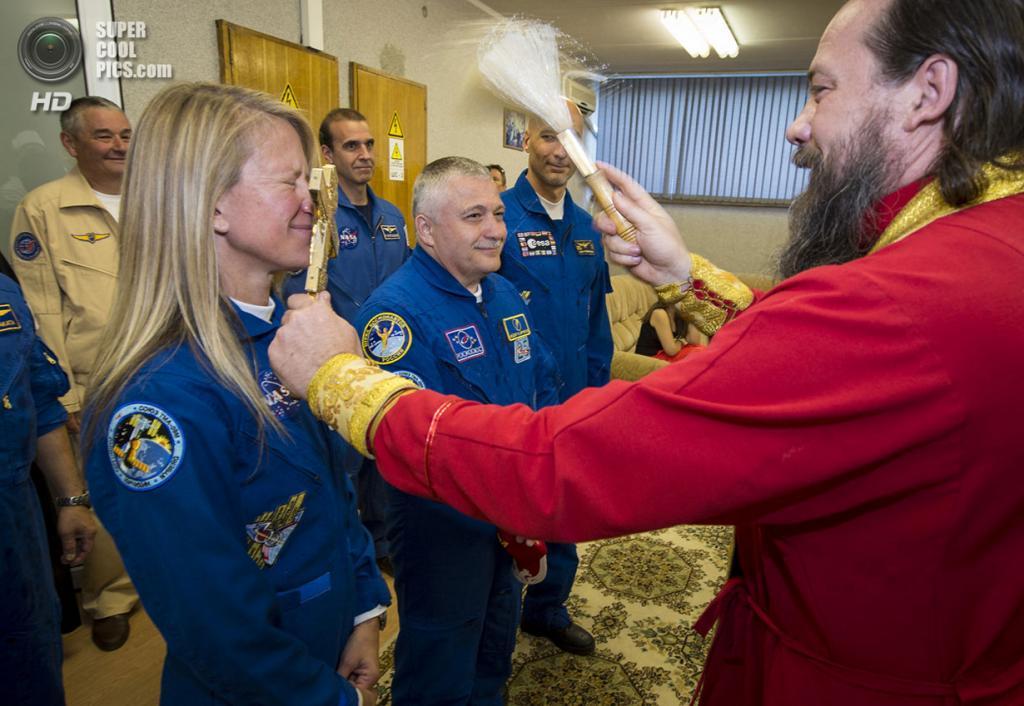 Казахстан. Байконур. 27 мая. Благословение космонавтов. (REUTERS/NASA/Bill Ingalls/Handout)