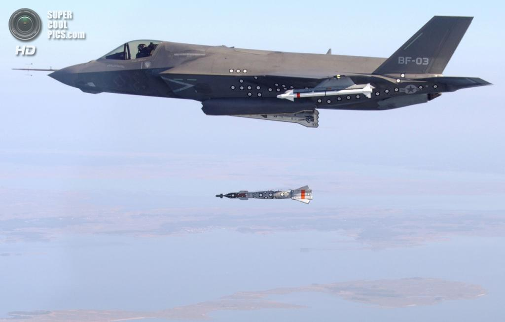 Lockheed Martin F-35B Lightning II сбрасывает бомбу с лазерным наведением GBU-12 Paveway II. (U.S. Navy/Layne Laughter)