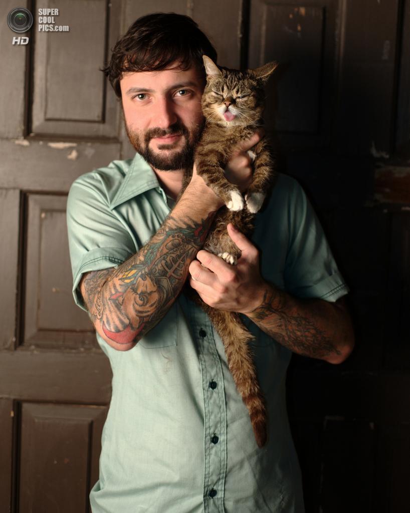 Майк Брайдовски со своей кошкой. (jnd_photography)
