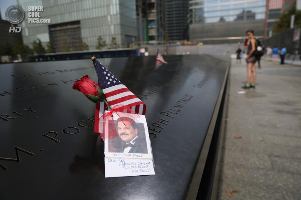 США. Нью-Йорк. 11 сентября. Фотография жертвы 9/11 на монументе памяти. (AFP Photo / John Moore)