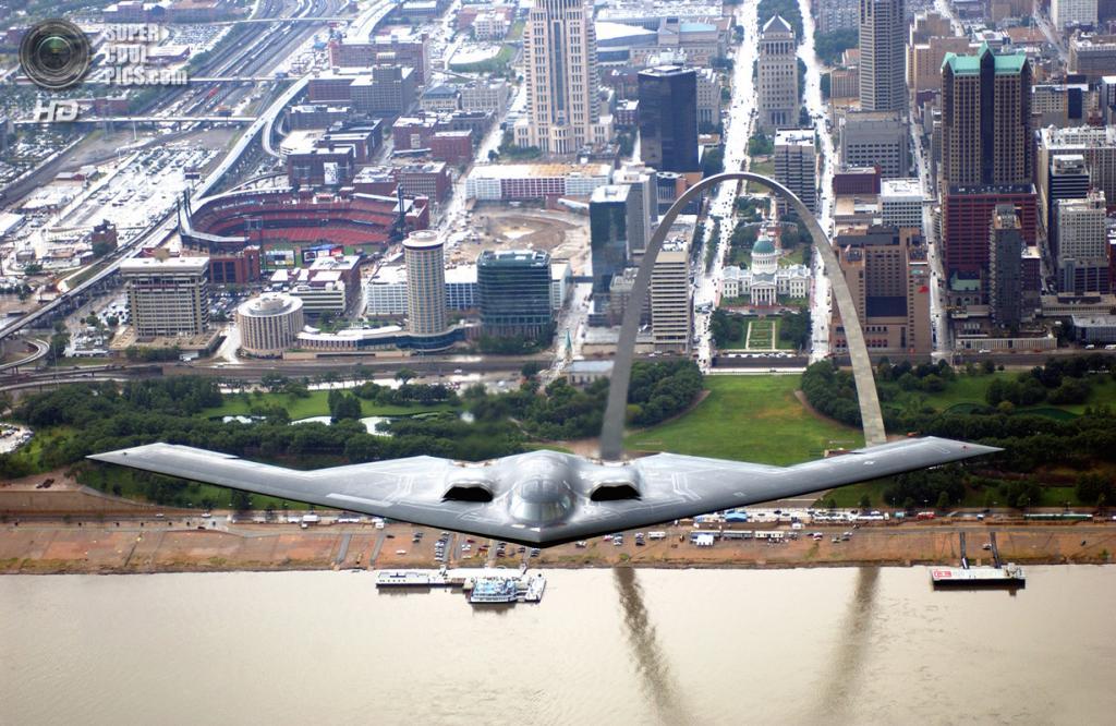 Northrop Grumman B-2 Spirit в полёте над рекой Миссисипи. На заднем плане Сент-Луисская Арка, которая является входом в мемориальный парк имени третьего президента США Томаса Джефферсона. (USAF Photo/Technical Sgt Justin D. Pyle)