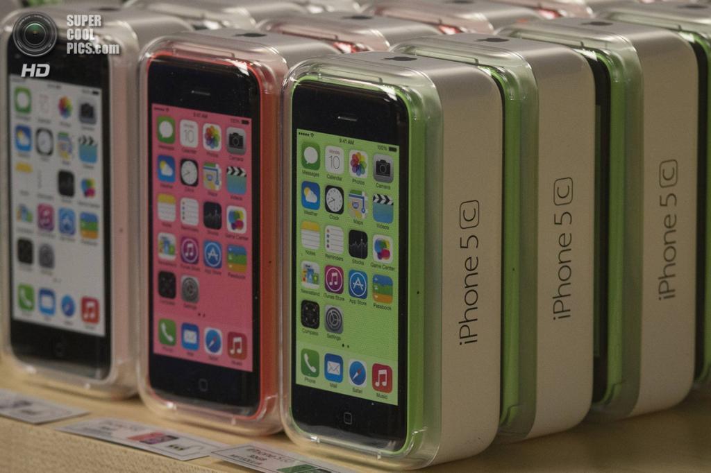 США. Нью-Йорк. 20 сентября. Новенькие iPhone 5c на витрине Apple Store. (REUTERS/Adrees Latif)