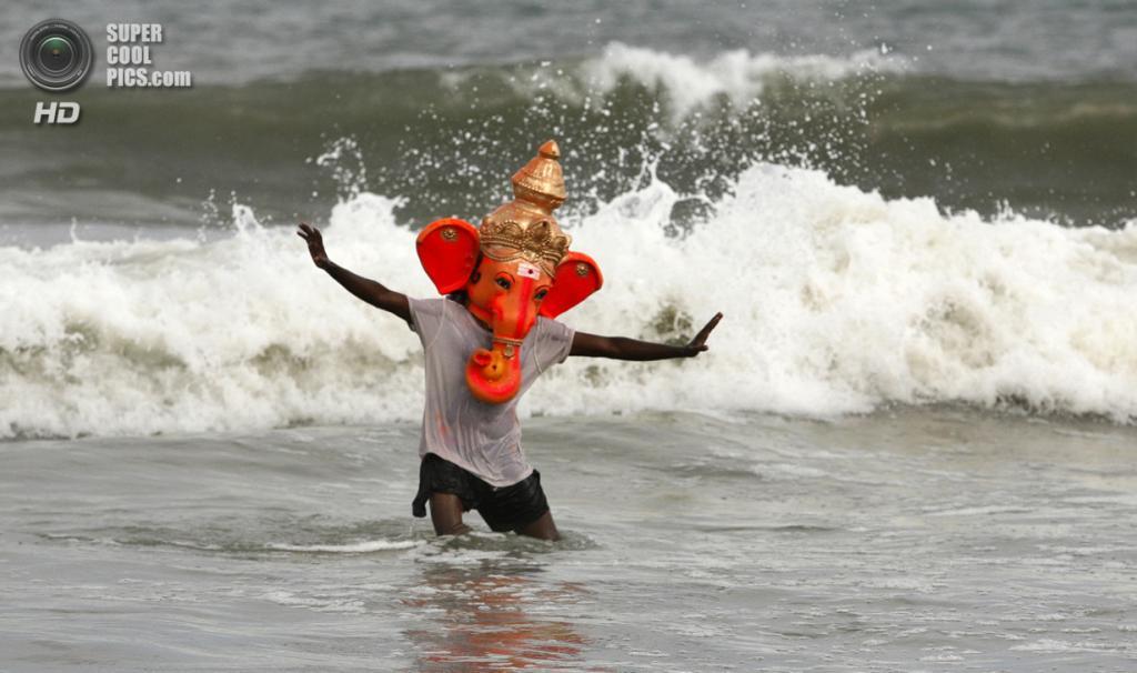 Индия. Ченнаи, Тамилнад. 15 сентября. Во время фестиваля Ганеша-чатуртхи. (AP Photo/Arun Sankar K)