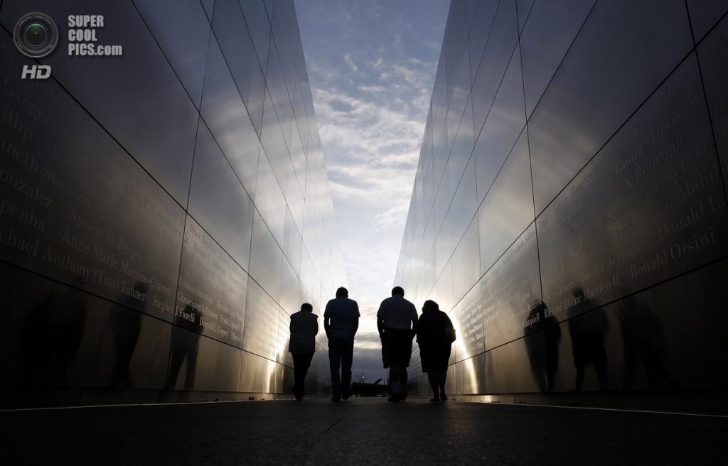 США. Нью-Джерси. 11 сентября. Люди пришли почтить память погибших в теракте 9/11 кмемориалу «Empty Sky», находящегося в парке«Liberty State Park». (Foto Reuters / Gary Hershorn)