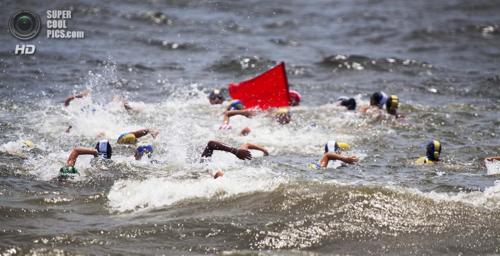 """США. Помпано-Бич, Флорида. На региональных юношеских соревнованиях по спасению утопающих USLA Southeast James """"Mac"""" MacCarthy. (Laura McDermott/The Palm Beach Post)"""