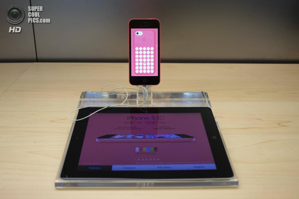 США. Нью-Йорк. 20 сентября. Новенький iPhone 5c на витрине Apple Store. (REUTERS/Adrees Latif)