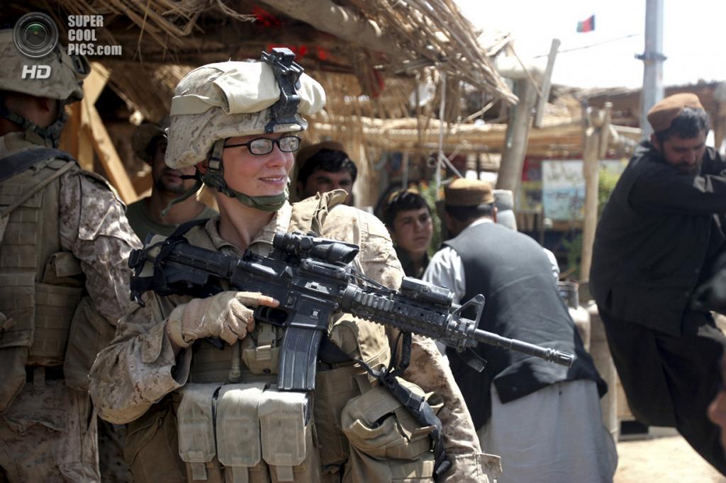 Афганистан. Марджа, Гильменд. 18 августа 2010 года. Младший капрал морской пехоты США Стефани Робертсон во время патрулирования. (REUTERS/Lance Cpl. Marionne T. Mangrum/USMC)