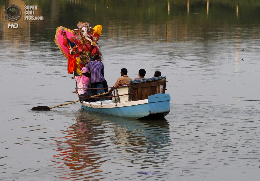 Индия. Лакхнау, Уттар-Прадеш. 15 сентября. Во время фестиваля Ганеша-чатуртхи. (AP Photo/Rajesh Kumar Singh)