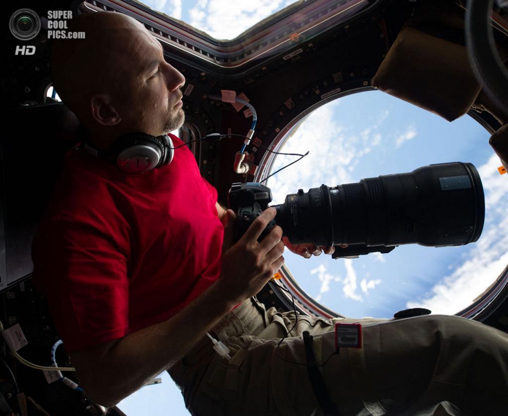Лука Пармитано с фотоаппаратом и 400-мм линзой. (NASA)