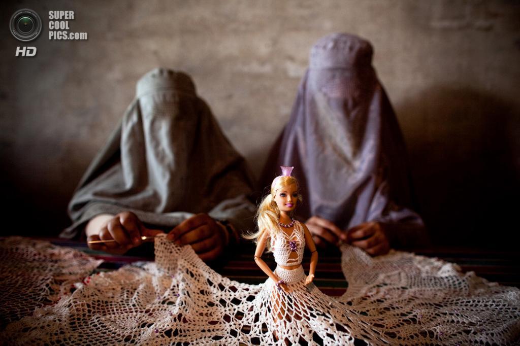 Афганистан. Кандагар. 15 апреля 2010 года. Афганки плетут платье для куклы Barbie в мастерской, устроенной малайзийской общественной организацией Mercy для женщин, ищущих возможность реализовать себя. (Majid Saeedi/Getty Images)