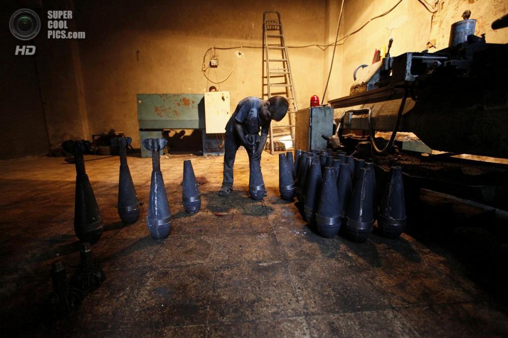 Исса работает на оружейном заводе каждый день по десять часов без отдыха и перерыва на обед. ( Foto Reuters / Hamid Khatib)