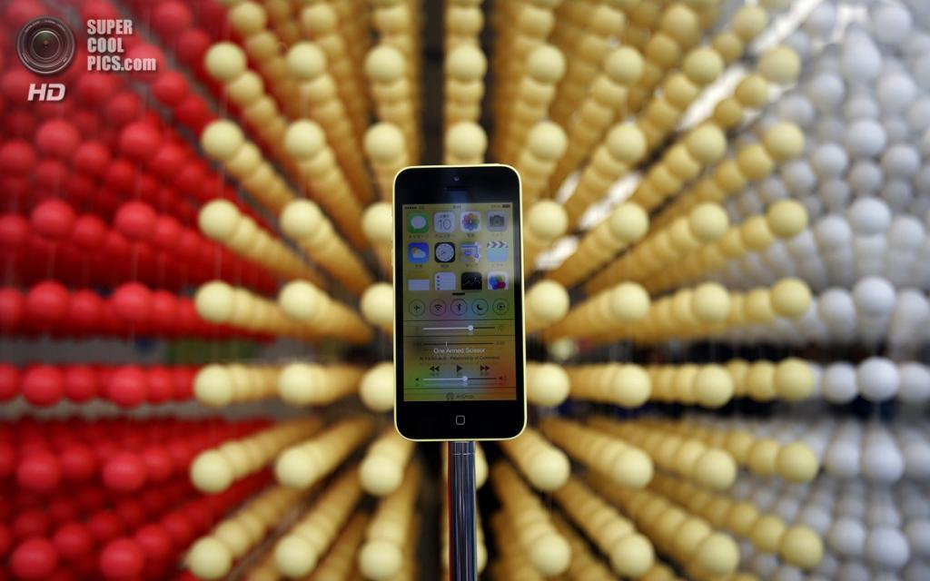 Япония. Токио. 20 сентября. Новенький iPhone 5c на витрине Apple Store. (REUTERS/Yuya Shino)
