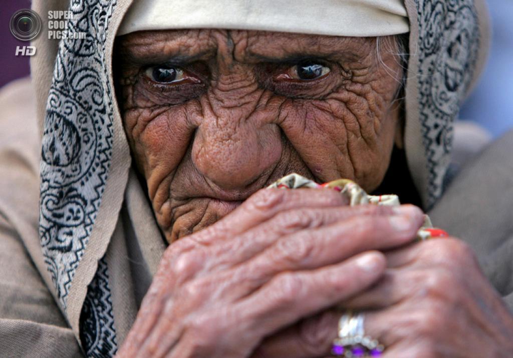 Афганистан. Кабул. 6 марта 2006 года. Афганская вдова, принимающая участие в демонстрации у центра гуманитарной организации CARE. Сотни вдов вышли протестовать из-за прекращения распределения продовольствия. (REUTERS/Ahmad Masood)