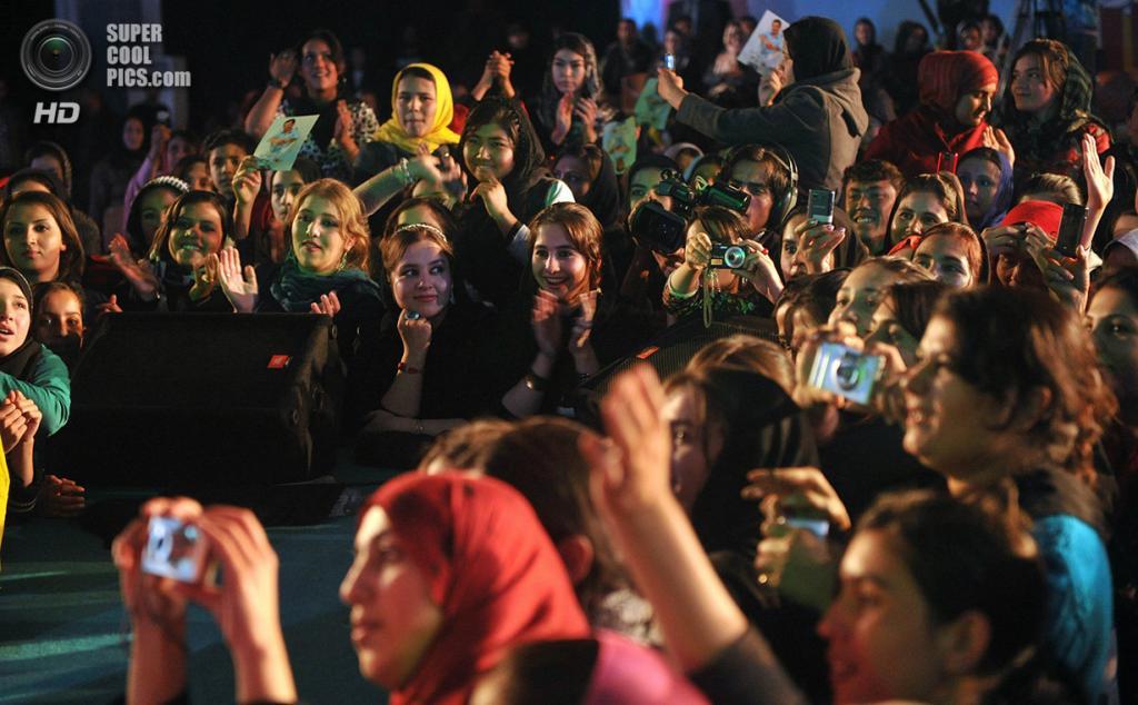 Афганистан. Кабул. 24 ноября 2011 года. Афганские женщины и девушки наслаждаются концертом певца и посла доброй воли ООН Фархада Дарьи — «афганского Элвиса». (MASSOUD HOSSAINI/AFP/Getty Images)