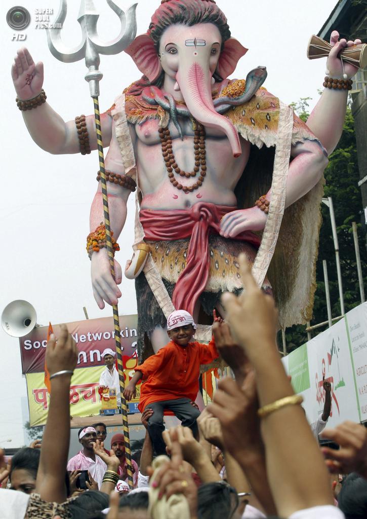 Индия. Мумбаи, Махараштра. 18 сентября. Верующие тянут идола Ганеши к Аравийскому морю во время фестиваля Ганеша-чатуртхи. (AP Photo/Rajanish Kakade)