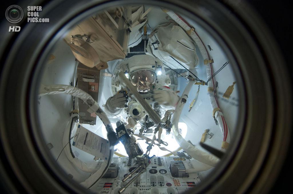 Лука Пармитано в скафандре Extravehicular Mobility Unit готовится к выходу в открытый космос. (NASA)