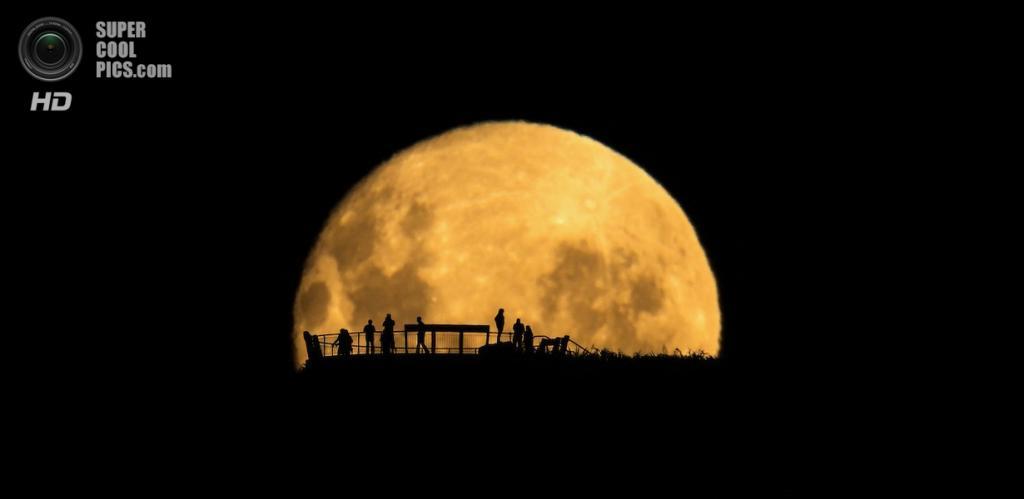 «Лунные силуэты». Победитель в номинации «Люди и космос». (Mark Gee/Astronomy Photographer of the Year)