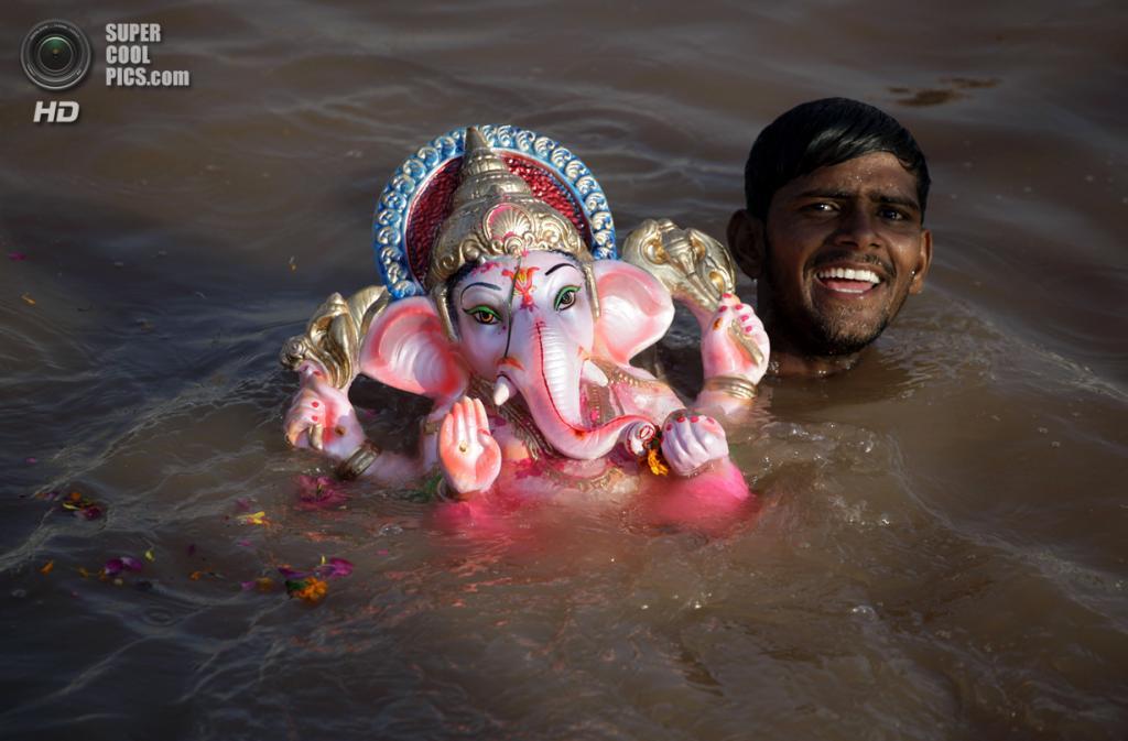 Индия. Ахмадабад, Гуджарат. 15 сентября. Во время фестиваля Ганеша-чатуртхи. (AP Photo/Ajit Solanki)