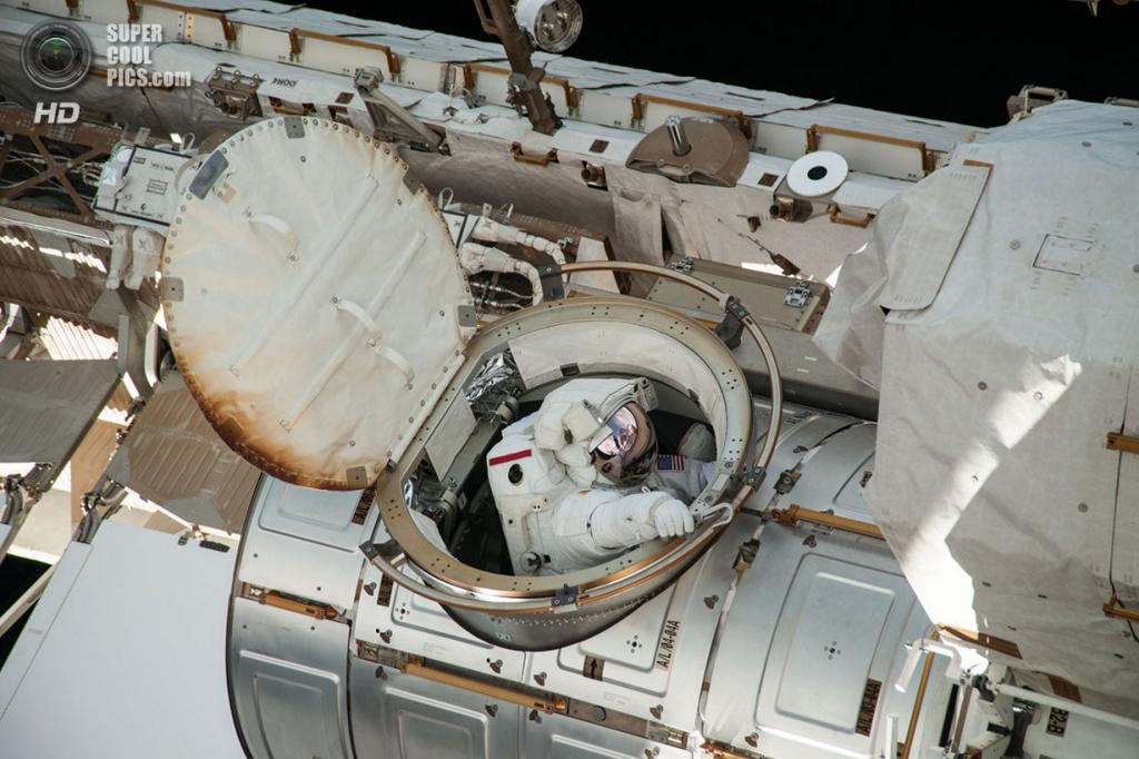 Крис Кэссиди выходит в открытый космос. Вместе с Лукой Пармитано они готовили станцию к стыковке нового модуля. (NASA)