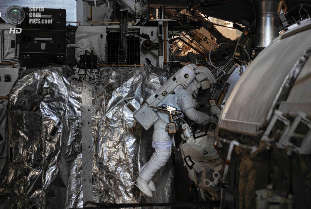 Лука Пармитано во время работы в открытом космосе. Час спустя итальянский астронавт сообщил о воде за его головой в шлеме. Это не являлось непосредственной угрозой для жизни Пармитано, однако он все равно был отозван. (NASA)