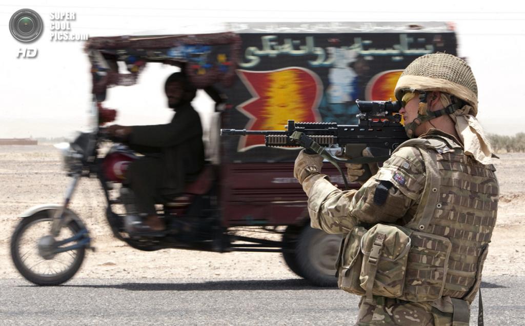 Афганистан. Лашкаргах, Гильменд. 11 июля 2011 года. Британский парамедик Мишель Пинг на патрулировании с Афганской национальной полицией. (REUTERS/Shamil Zhumatov)