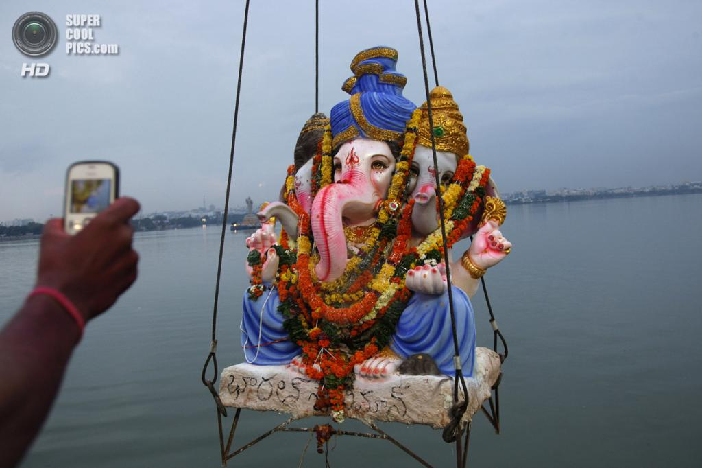 Индия. Хайдарабад, Андхра-Прадеш. 17 сентября. Во время фестиваля Ганеша-чатуртхи. (AP Photo/Mahesh Kumar A.)