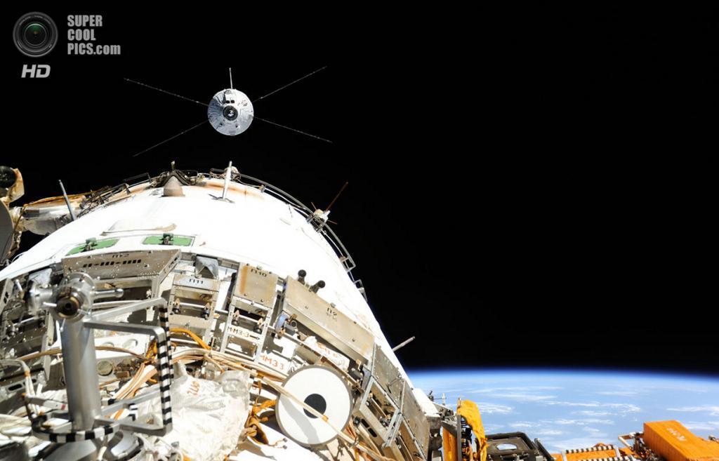 Космический корабль ATV-4 «Альберт Эйнштейн» приближается к МКС для стыковки. (NASA)