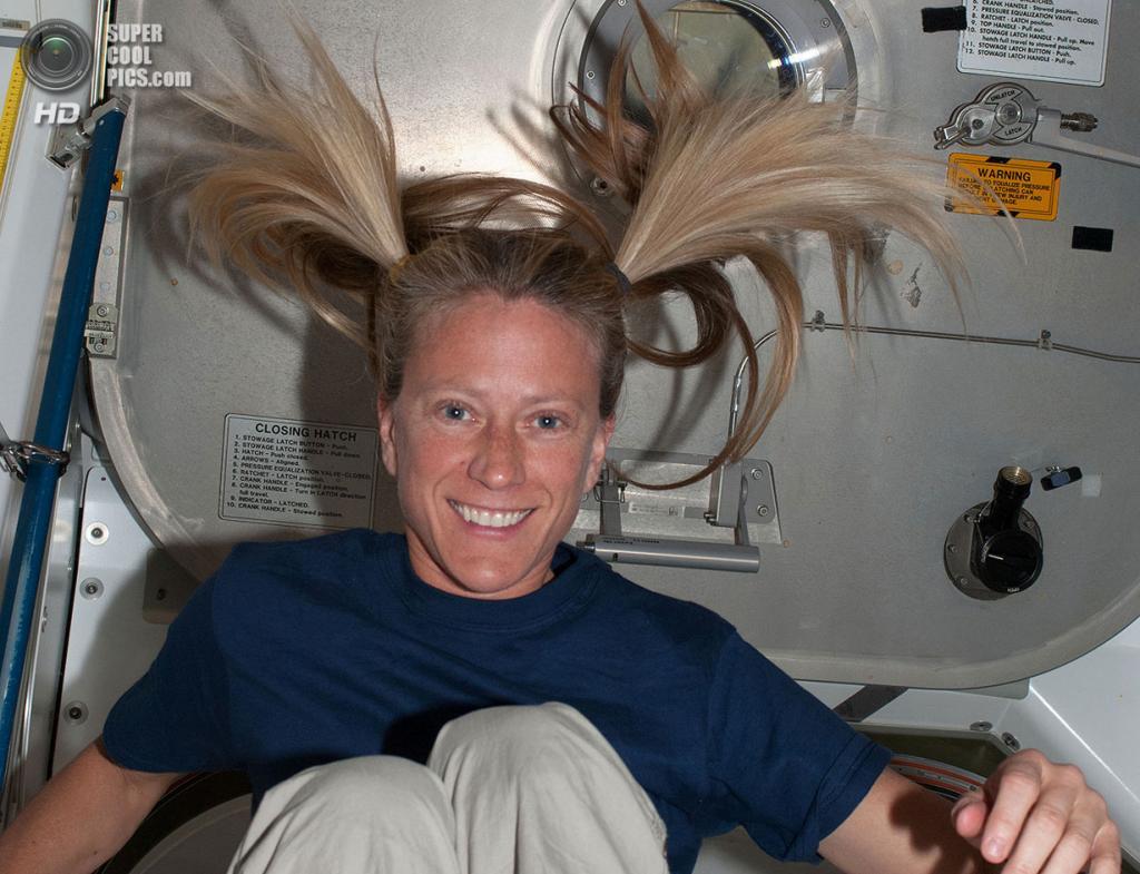 Карен Найберг на борту МКС. (NASA)