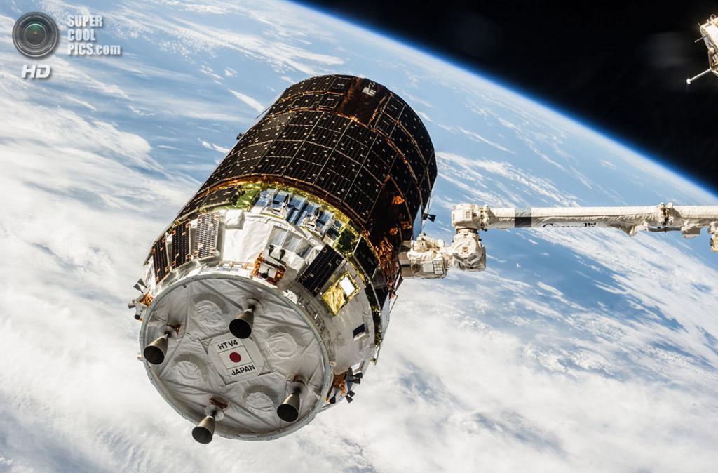 Canadarm2 — рука МКС — хватает космический корабль Конотори-4. (NASA)