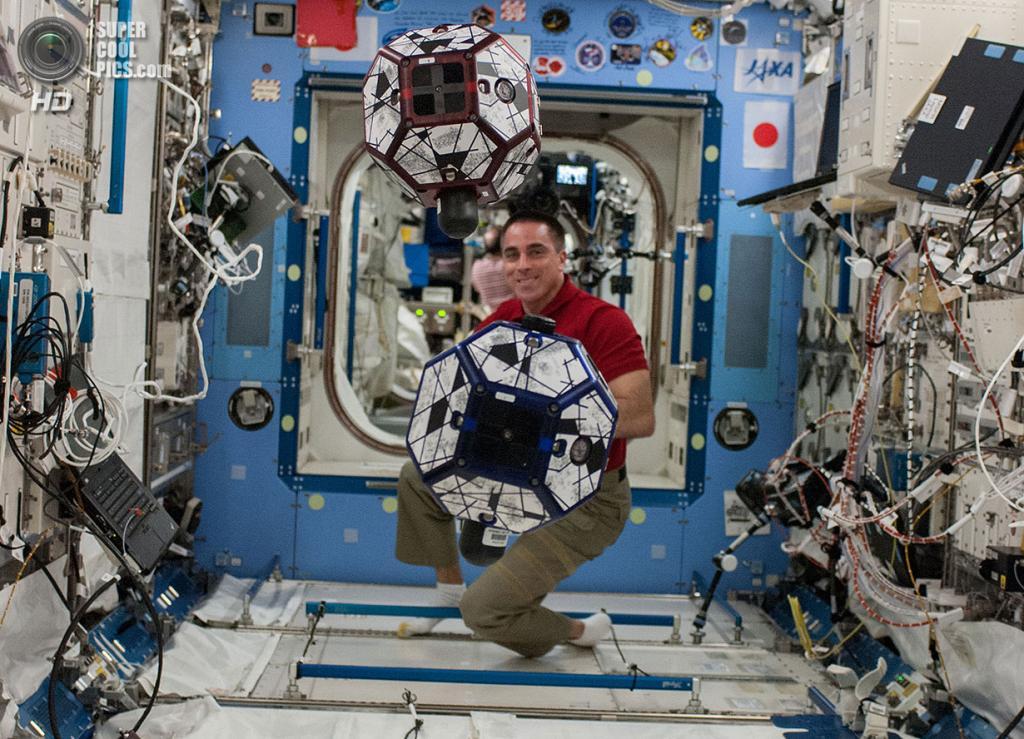 Крис Кэссиди проводит опыты со свободно парящими спутниками SPHERES в экспериментальном модуле «Кибо». (NASA)