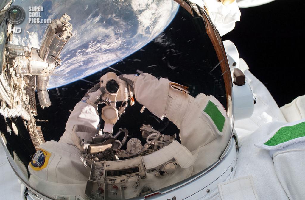 Автопортрет Луки Пармитано во время работ в открытом космосе. (NASA)